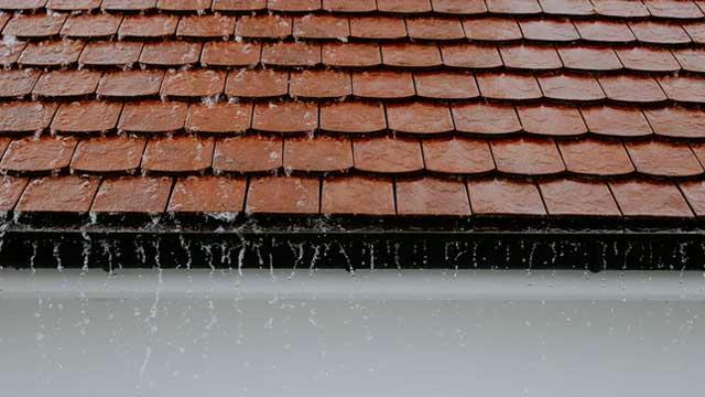Bild zeigt Dach bei Regen
