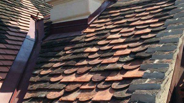 Dach mit kaputten Ziegeln