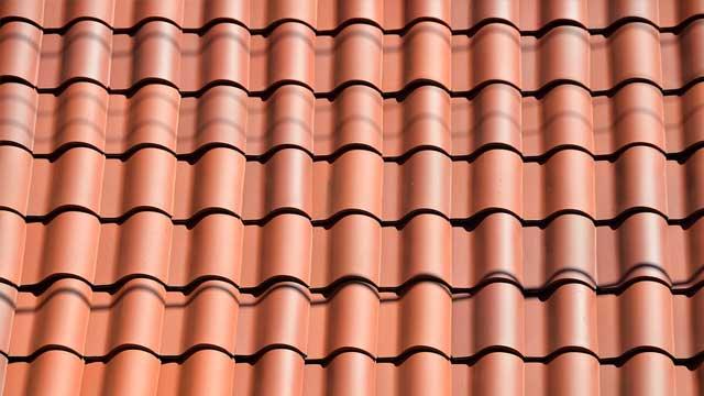 Klassische Dachziegel aus Ton
