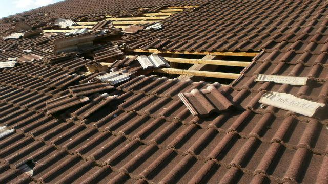 Bild zeigt Hagelschaden am Dach